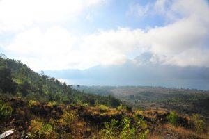 Výhled při výšlapu na sopku Batur